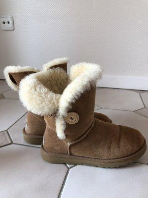 Original UGG Bailey Button II Boots in hellbraun/chestnut