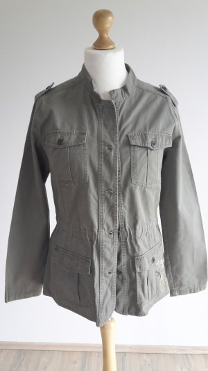 Outfit Damen Jacke khaki