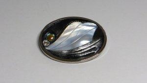 Ovale Kleiderbrosche mit Perlmutt, Zirkonia und Perle
