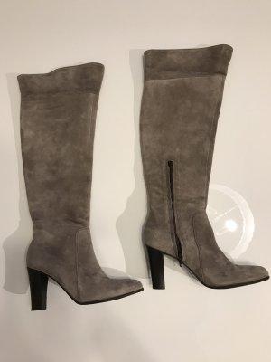 Botas sobre la rodilla marrón grisáceo