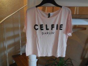 Oversize Bauchfreishirt CELFIE Darling in rosa mit schwarzem Print von H&M