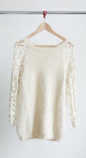 Oversize Pullover mit gehäkelten Ärmeln