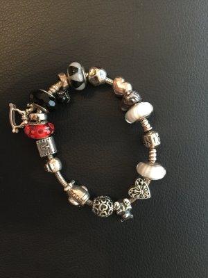 Pandora Armband mit 16 Charms im Wert von über 600 Euro