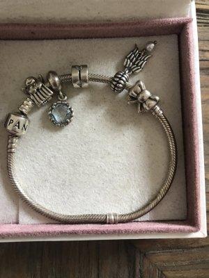 Pandora Armband mit süßen Anhängern
