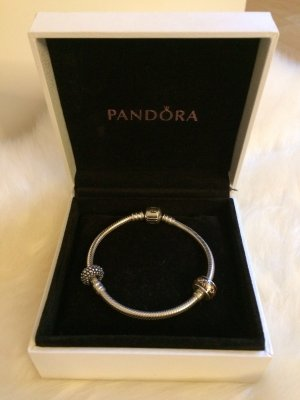 Pandora-Armband mit zwei Charms