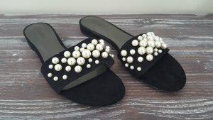 Pantolette mit Perlenverzierung