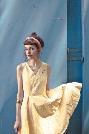 Pastelgelbes Kleid mit schwingendem Rock