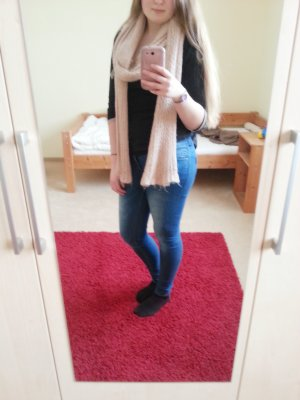 Pastellfarbener Schal