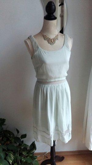 pastellfarbenes Kleid mit Rückenausschnitt