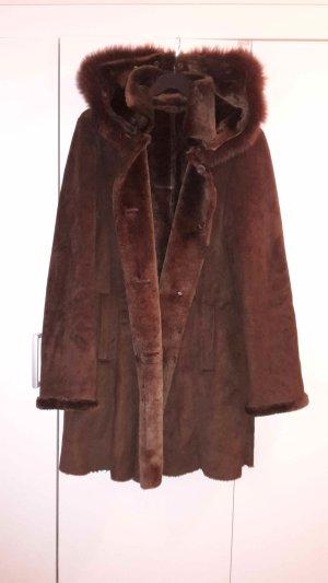 Abrigo de piel marrón oscuro