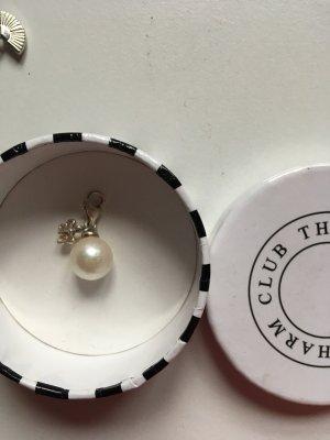 Perle mit Schmetterling als Anhänger