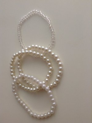 Perlenarmbänder in weiß