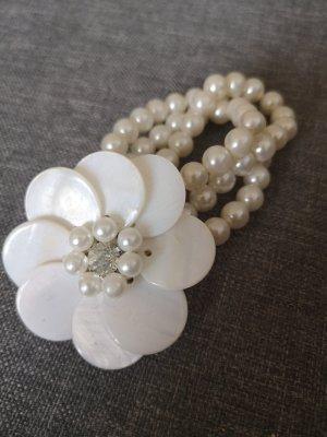 Perlenarmband mit Blume