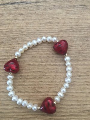 Perlenarmband mit drei roten Herzen