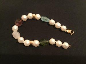 Perlenarmband mit Halbedelsteinen und vergoldete Zwischenteile