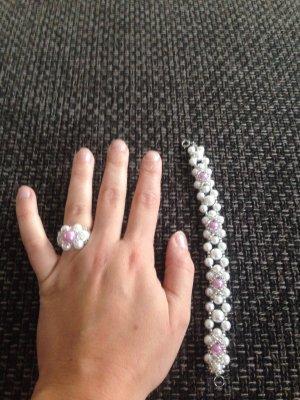 Perlenarmband und perlenring im Set