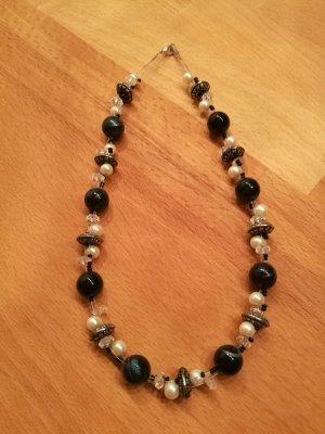 Collier de perles bleu foncé