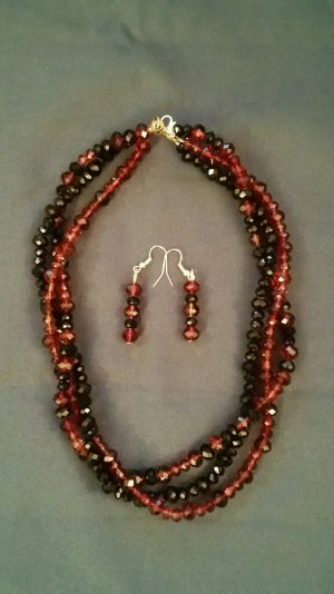 Perlenkette aus roten und schwarzen Perlen mit passenden Ohrringen