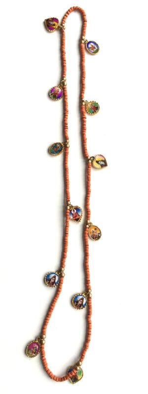 Perlenkette mit Anhängern mit buddhistischen Motiven