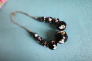 Perlenkette mit floralem Muster