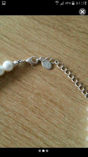 Perlenkette mit passenden Ohrringen
