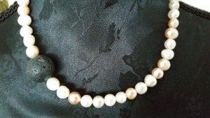 Perlenkette mit schwarzem Lavastein