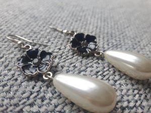 Perlenohrringe mit schwarzer Blume