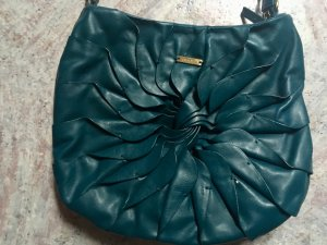 petrol-farbige handtasche