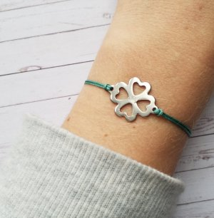 petrolfarbenes Makramee Armband mit silbernem Kleeblatt Verbinder aus Edelstahl