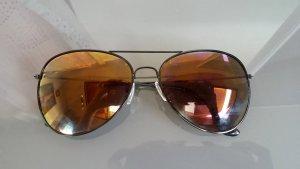 Pilotensonnenbrille mit Metallgestell und getönten Gläsern in braun