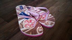 Pink gemusterte Flip-Flops
