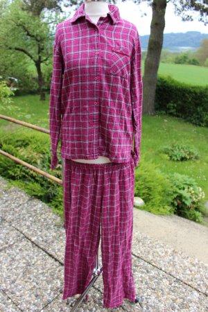 pink karierter Schlafanzug