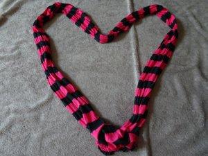 pink-schwarz-gestreifter schal