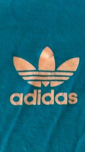 pink und blaues Adidas T-shirt