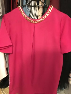 Pinke Bluse mit goldkette