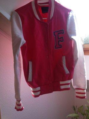 Pinke Collage Jacke mit dem Buchstaben F