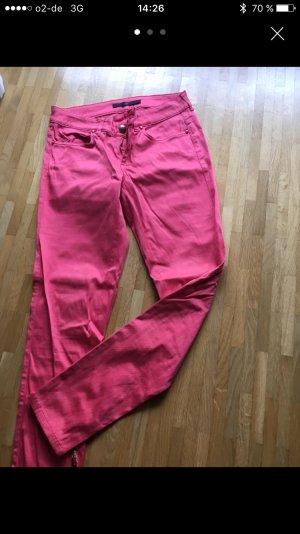 Pinke Jeans mit goldenen Reißverschlüssen