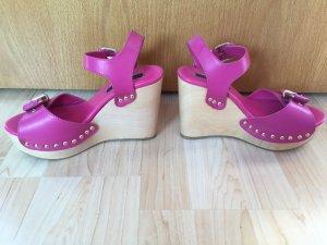 Pinke Sommer-Wedges mit Nietenapplikationen und Holzabsatz