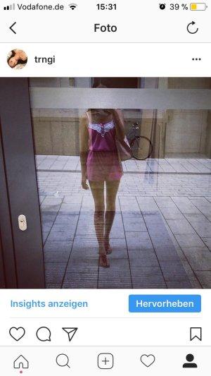 pinker Jumpsuit mit weißem spitzendetail