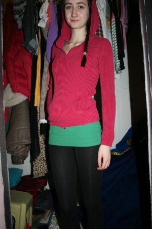 pinker Pullover mit Kapuze und Taschen