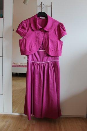Pinkes Kleid mit passendem Jäckchen