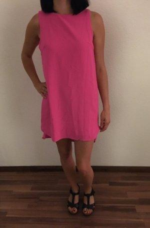 Pinkes Kleid mit Rückenausschnitt