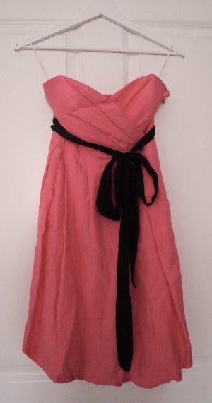 Pinkes Kleid mit schwarzer Schleife