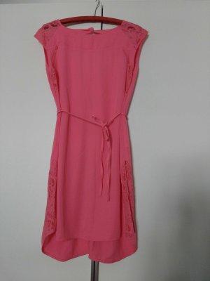 Pinkes rückenfreies Kleid mit Spitzeneinsätzen