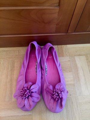 Pinkfarbene Ballerinas mit großer Blume