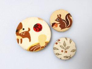Pins Buttons Brosche braun beige grün Tiere Pflanzen geblümt