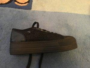 Plateau-Sneaker seitlich mit Spitze