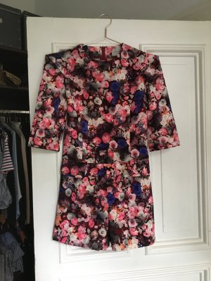 Playsuit mit Blumen Muster einteiler Hosenanzug rot pink bunt kurz jumpsuit romper ted Baker look like floral Ärmel tailliert Anzug