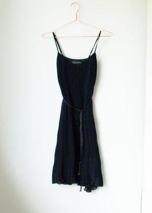 Plissiertes Trägerkleid in schwarz Slip In Dress mit geflochtenem Gürtel Cherry Couture 36 38 S M