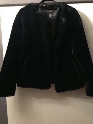 Plüschjacke in schwarz von Zara